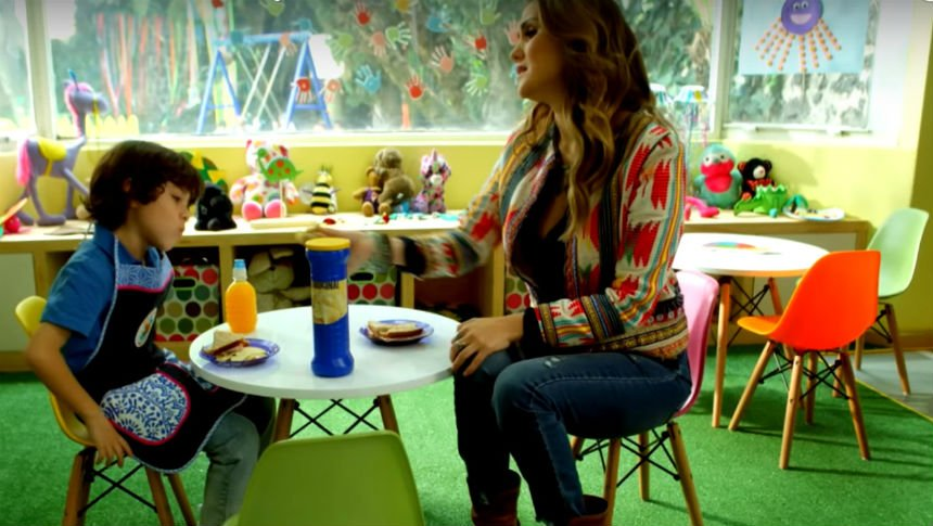 ¡Dulce María es Miss Pamela en 'Muy Padres'!