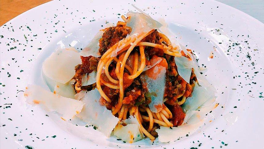 ¡Prepara una tradicional pasta a la boloñesa con la chef