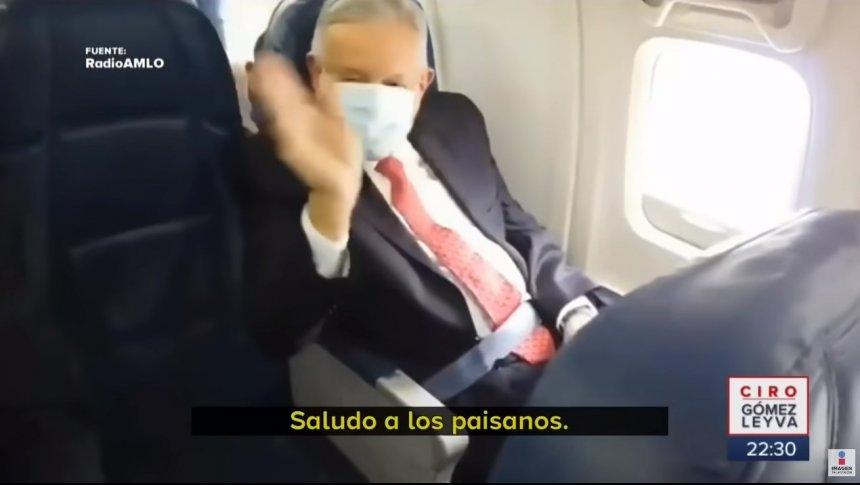 Pasajeros saludan al presidente en el avión a EU