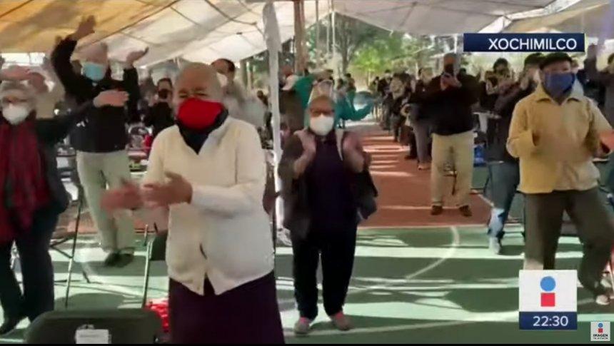 Abuelitos se ponen a bailar mientras esperaban la vacuna